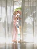 Mitte gealterte Paare, die Champagne Flutes rösten Stockbild