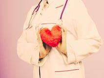 Mitte gealterter blonder Doktor genießen ihre Arbeit Stockfotos