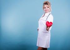 Mitte gealterter blonder Doktor genießen ihre Arbeit Lizenzfreies Stockfoto