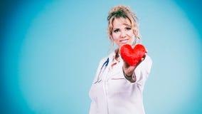 Mitte gealterter blonder Doktor genießen ihre Arbeit Lizenzfreies Stockbild