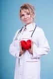 Mitte gealterter blonder Doktor genießen ihre Arbeit Lizenzfreie Stockfotografie