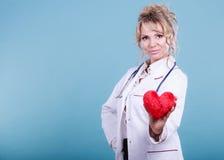 Mitte gealterter blonder Doktor genießen ihre Arbeit Stockbilder