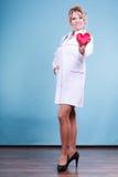 Mitte gealterter blonder Doktor genießen ihre Arbeit Stockfoto