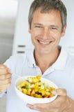 Mitte gealterter Fleisch fressender frischer Fruchtsalat stockbild