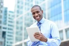Mitte gealterter Geschäftsmann unter Verwendung einer Tablette Lizenzfreies Stockfoto