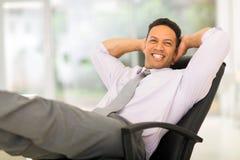 Mitte gealterter Geschäftsmann entspannt Stockfotografie