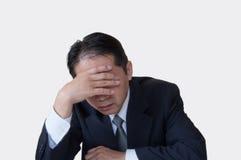 Mitte gealterter Kerl in Schwierigkeiten am Telefon Stockfoto