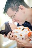 Mitte gealterter Mann halten neugeboren Stockfotos