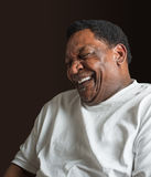 Mitte gealtertes Afroamerikanermannlachen Lizenzfreies Stockbild