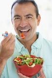 Mitte gealtertes Fleisch fressendes ein frischer grüner Salat Stockfotografie