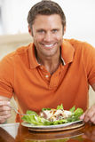 Mitte gealtertes Fleisch fressendes eine gesunde Mahlzeit Stockfotografie