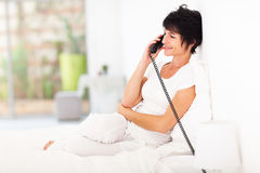 Mitte gealtertes Frauentelefon Lizenzfreie Stockbilder