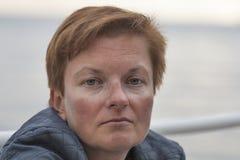 Mitte gealtertes Weiß gebräuntes Porträt der Frau im Freien Stockbild