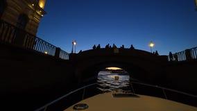 Mitte von St Petersburg, Russland nachts Auf den Flussdurchlauf-Passagierbooten Das Schiff schaltet das Wasser und die Flöße in R stock video