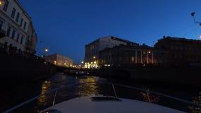 Mitte von St Petersburg, Russland nachts Auf den Flussdurchlauf-Passagierbooten Das Schiff schaltet das Wasser und die Fl??e in R stock video