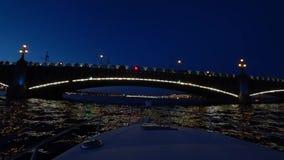 Mitte von St Petersburg, Russland nachts Auf den Flussdurchlauf-Passagierbooten Das Schiff schaltet das Wasser und die Fl??e in R stock video footage