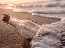 Mitteilung in der Flasche lizenzfreies stockbild