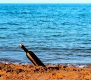 Mitteilung in der Glasflasche im Ozean Stockfotos