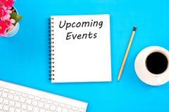 Mitteilung der Konzept-bevorstehenden Veranstaltungen auf Notizbuch, Tastatur, mit penci lizenzfreie stockfotografie
