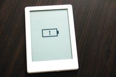 Mitteilung der schwachen Batterie auf dem tragbaren Buch lizenzfreies stockfoto