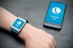 Mitteilung des eingehenden Anrufs auf intelligenter Uhr Stockfotos