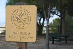Mitteilung des Verbots von Abfall im Wald lizenzfreie stockfotos