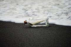 Mitteilung in einer Flasche Lizenzfreie Stockfotos