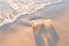 Mitteilung in einer Flasche auf Strand Lizenzfreies Stockbild