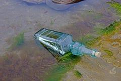 Mitteilung in einer Flasche, die um Hilfe bittet stockfoto