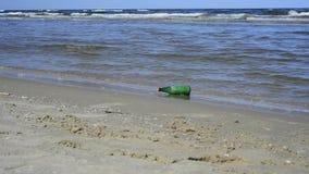 Mitteilung in einer Flasche an einem Strand stock video