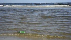 Mitteilung in einer Flasche an einem Strand stock video footage