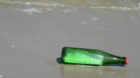 Mitteilung in einer Flasche an einem Strand der Ostsee stock video