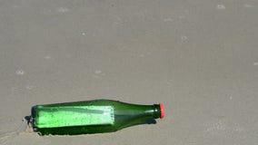 Mitteilung in einer Flasche an einem Strand der Ostsee stock footage