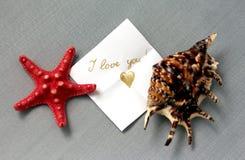 Mitteilung ich liebe dich mit einer Muschel auf dem Tisch stockfoto