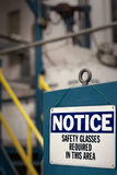 Mitteilung - Sicherheitsgläser erfordert - Fabrik Stockfotografie