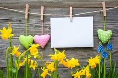 Mitteilung und Herzen auf der Wäscheleine lizenzfreie stockfotos