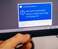 Mitteilung Windows 10 auf Computeranzeige vorstellend, bemannen Sie das Berühren Stockfoto