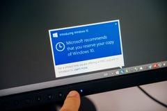 Mitteilung Windows 10 auf Computeranzeige vorstellend, bemannen Sie das Berühren Stockbild