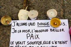 Mitteilungen, Kerzen und Blumen im Denkmal für die Opfer Lizenzfreies Stockbild