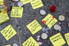 Mitteilungen, Kerzen und Blumen im Denkmal für die Opfer Lizenzfreie Stockbilder