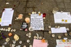 Mitteilungen, Kerzen und Blumen im Denkmal für die Opfer Lizenzfreie Stockfotos