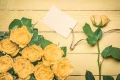 Mitteilungskarte gebunden an einer gelben Rose stockfoto