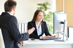 Mittel, das an einem Kunden im Büro teilnimmt stockbilder