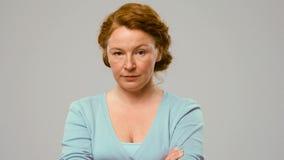 Mittel-gealterte Schauspielerin zeigt das emoltion des Zweifels Lizenzfreie Stockfotografie