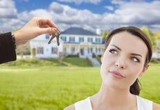 Mittel-Handing Mixed Race-Frauen-Schlüssel vor Haus Stockfoto
