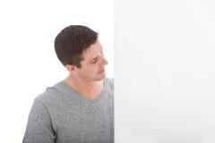Mittelalter-Mann neben weißer Wand Stockfoto