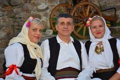Mittelalter-Mann zwischen Frau zwei in der traditionellen Ausstattung lizenzfreie stockfotografie