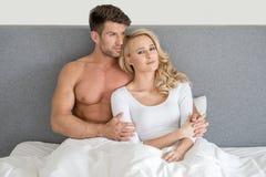Mittelalter-romantische Paare auf Bett-Mode-Trieb Stockfoto