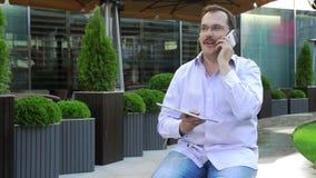 Mittelaltergeschäftsmann hören Musik von der Tablette stock video