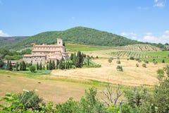 Mittelalterliche Abtei u. bebaute Felder in Toskana Stockbilder